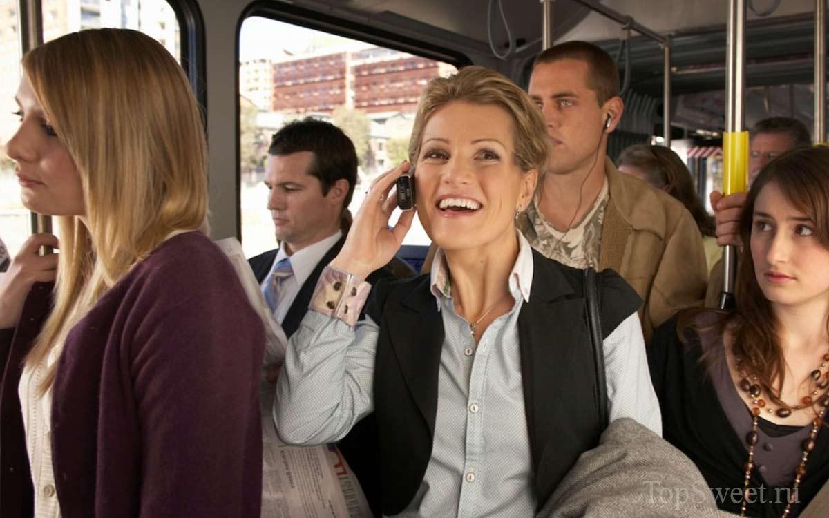Громкие-разговоры-в-общественном-транспорте