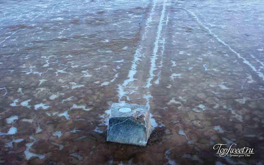 Камень в Долине Смерти в сезон дождей.