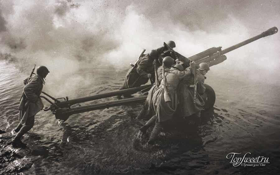 Солдаты-артилеристы Красной Армии транспортируют 76-мм дивизионную пушку ЗиС-3 во время форсирования Одера
