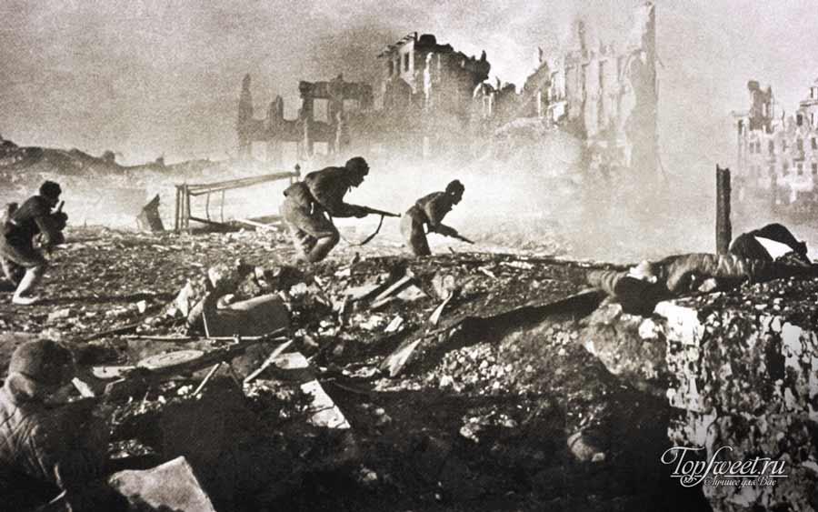 Советские солдаты в руинах Сталинграда