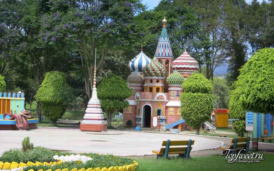 Оригинальная детская площадка в парке в городе Лоха