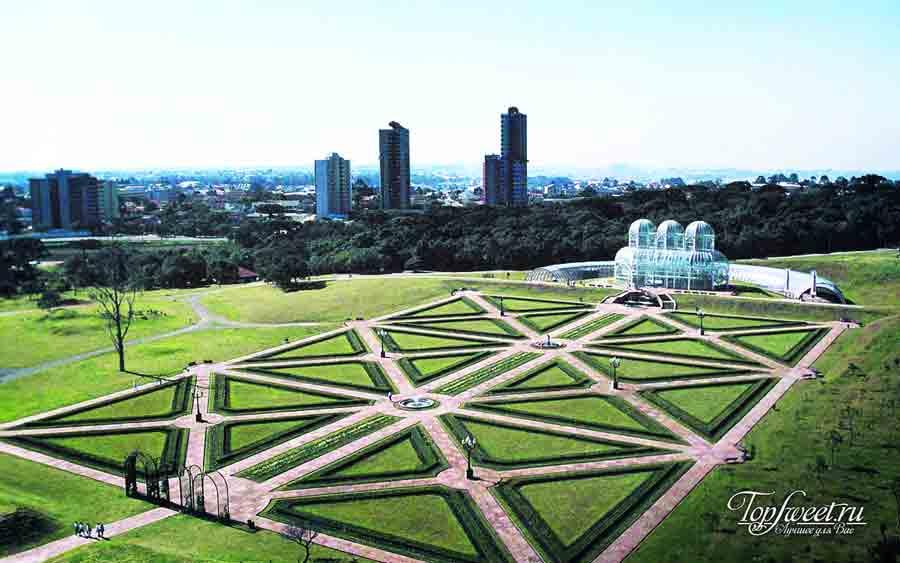 Территория ботанического сада с видом на здание