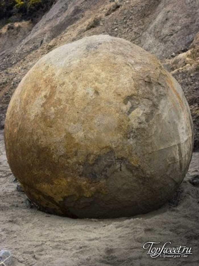 Огромный каменный шар